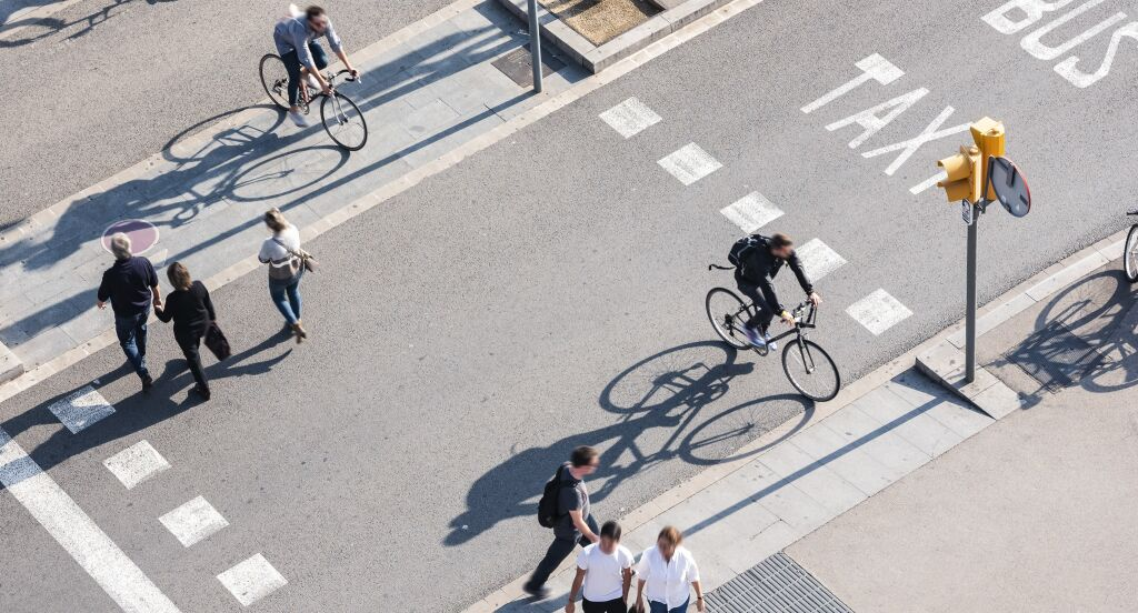 Liikenne pyorailijoita suojatie kavelijoita